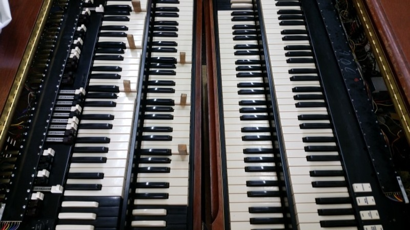 Hammond C3 and B3 organs facing each other